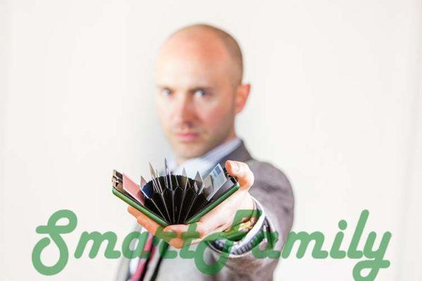 rfid кошелек OGON в руке