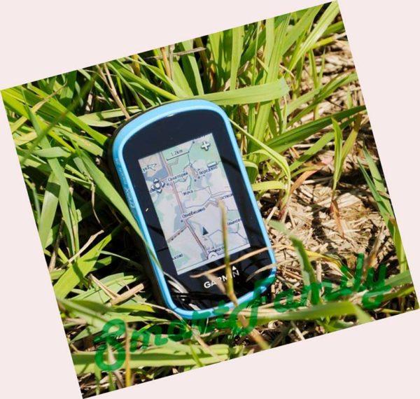 сенсорный навигатор ETREX TOUCH 25 в траве